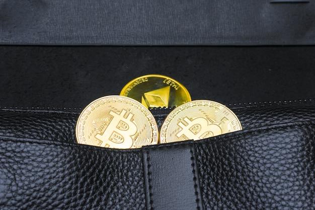 Billetes de cien dólares que sobresalen del bolso de cuero negro del hombre.