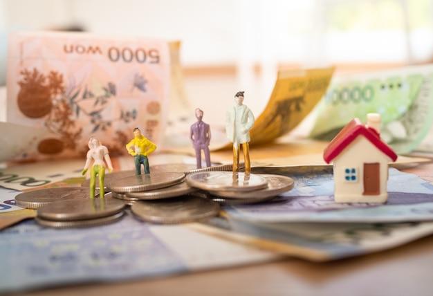 Billetes coreanos con juguetes