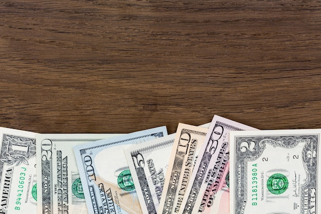 Billetes de dinero en dólares sobre fondo de madera. foto de alta resolución.
