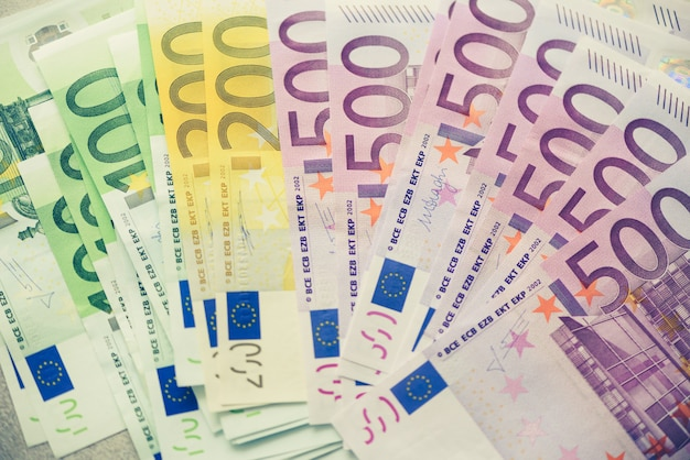 Billetes de dinero de moneda de euro. pago y concepto de efectivo. cancelación anunciada de quinientos billetes en euros. vista superior. imagen tonificada