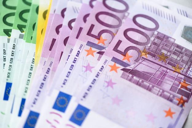 Billetes de dinero de moneda de euro. pago y concepto de efectivo. cancelación anunciada de quinientos billetes en euros. vista superior