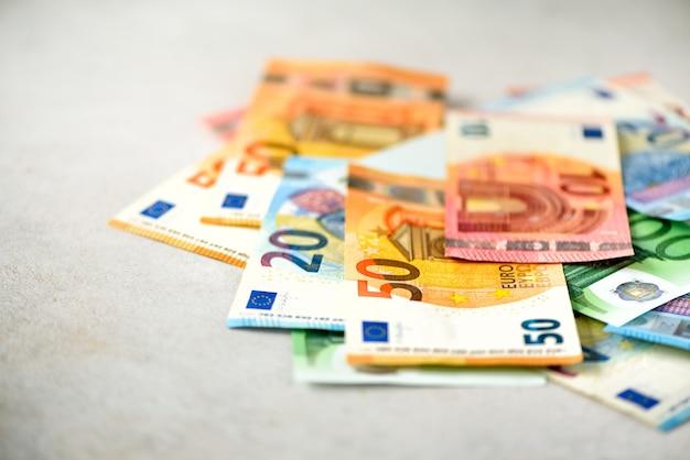 Billetes de dinero de moneda de euro. pago y concepto de efectivo. cancelación anunciada de quinientos billetes en euros.