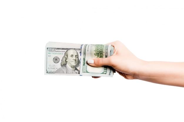 Billetes de dólar en mano femenina sobre fondo blanco aislado. concepto de negocio