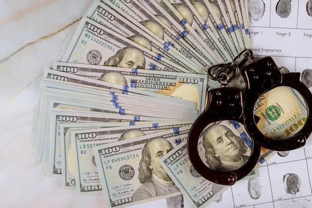 Billetes de dólares estadounidenses esposas penales de huellas dactilares en el arresto corrupción