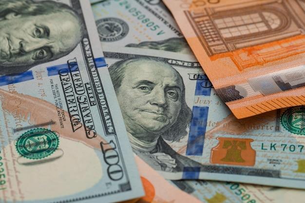 Billetes de euro y dólar