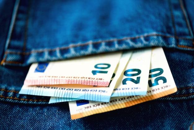 Billetes en euros en el bolsillo de los pantalones vaqueros.