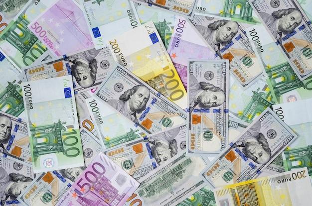 Billetes en euros y dólares distribuidos al azar