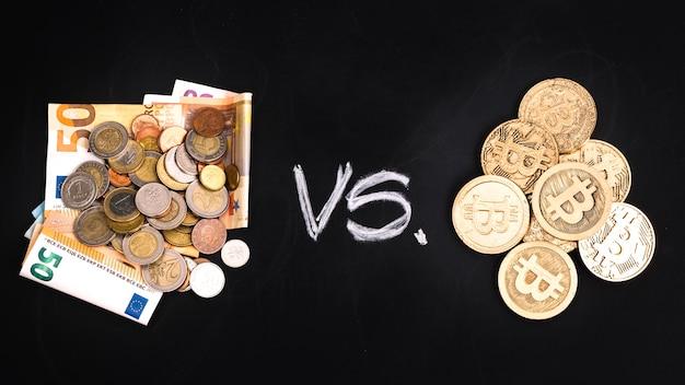 Billetes en euros versos bitcoins en fondo negro