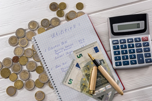 Billetes y monedas en euros con bloc de notas y calculadora