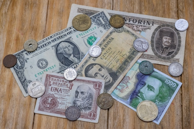 Billetes y monedas de pesetas españolas, dólar y forint húngaro.