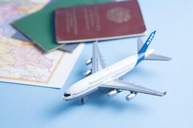 Billetes online, pasaporte, mapa y avión de juguete.