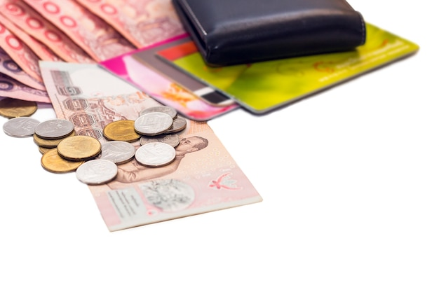 Billetes tailandeses y calculadora sobre fondo blanco.