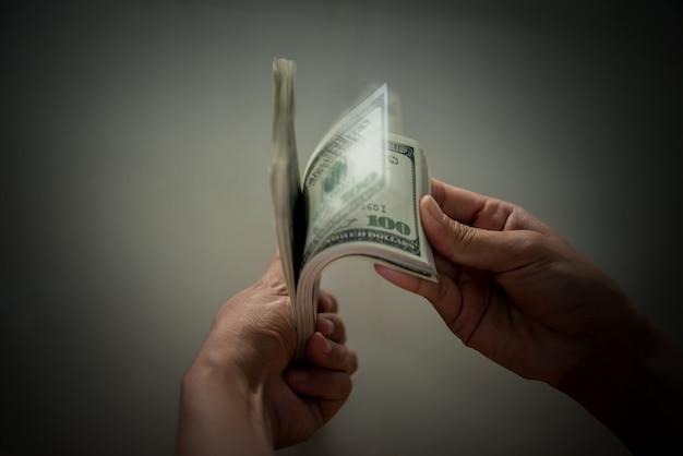 Billie dólar en la mano