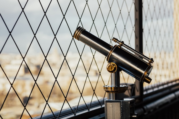 Los binoculares de la torre eiffel y parís