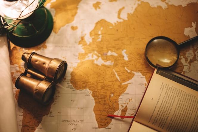 Binoculares y lupa en el mapa