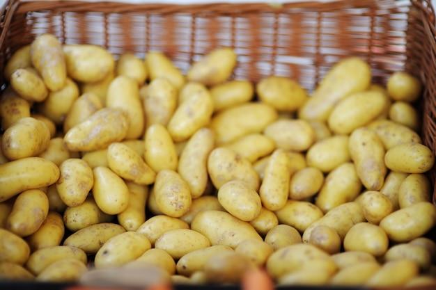 Bio patatas frescas y saludables en el mercado agrícola de granjeros de parís