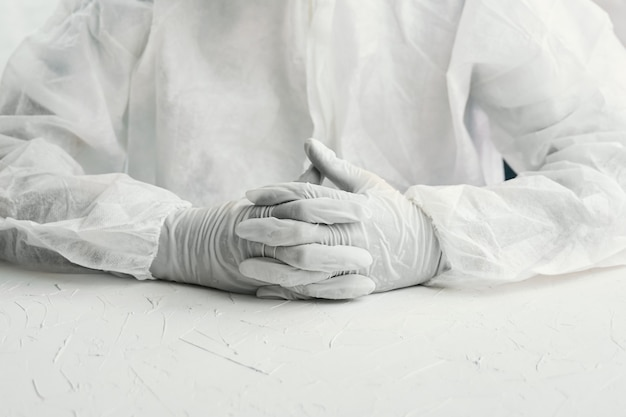 Bio peligro doctor en guantes
