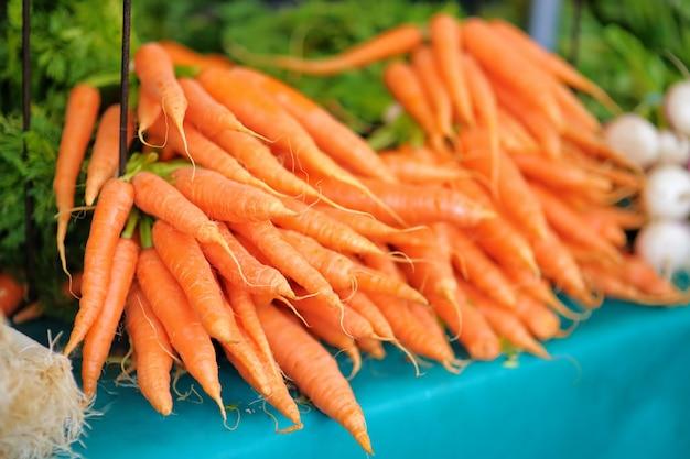 Bio zanahorias frescas y saludables en el mercado agrícola de agricultores de parís