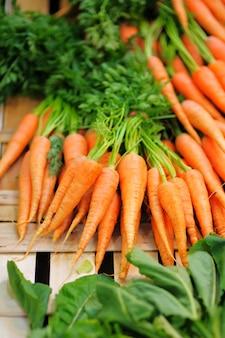 Bio zanahorias frescas y saludables en el mercado agrícola de los granjeros de parís