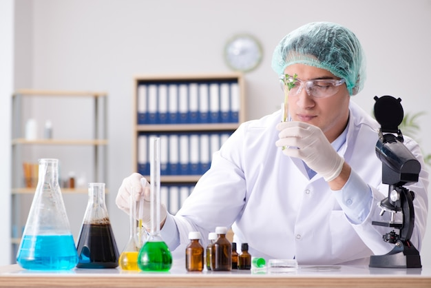 Biotecnología con científico en laboratorio.