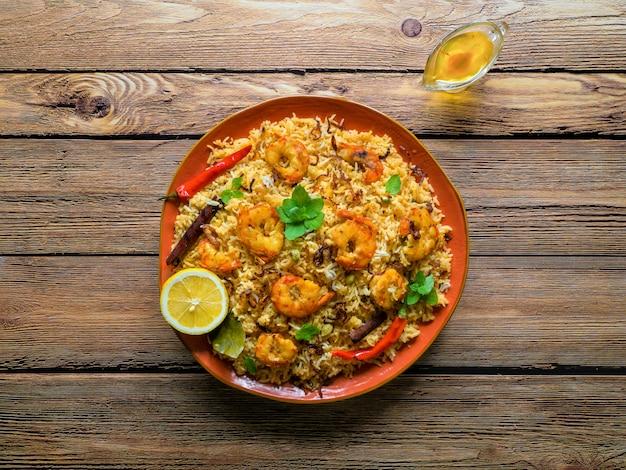 Biryani con camarones. langostinos sabrosos y deliciosos biryani, vista superior