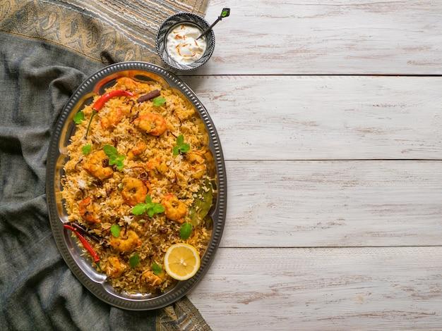 Biryani indio con camarones. langostinos sabrosos y deliciosos biryani, vista superior