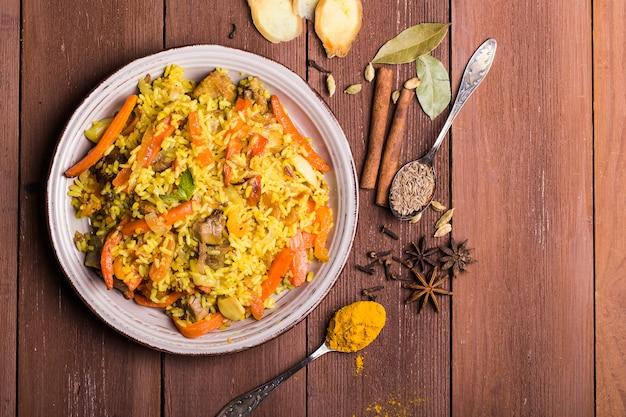 Biryani indio con pollo y especias
