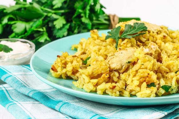 Biryani indio con el pollo, el yogur y las especias en una placa en la tabla de madera. año nuevo, plato navideño