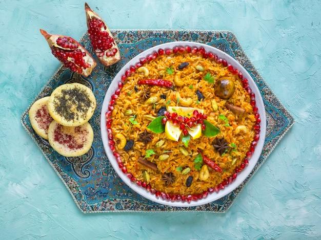 Biryani vegetal, plato vegetariano en una mesa azul. vista superior.