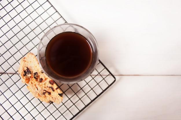 Biscotti italiano en la rejilla para hornear y vaso de café. vista superior.