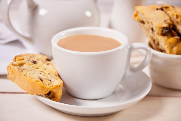 Biscotti italiano y taza de café con leche. de cerca.