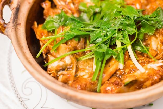 Bistec de caballa a la parrilla (saba) con salsa teriyaki y arroz en un plato blanco, popular cocina japonesa