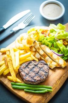 Bistec de carne a la parrilla con salsa de papas fritas