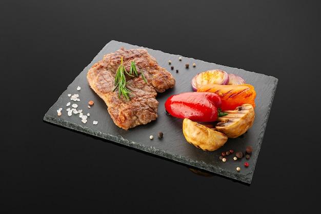Bistec de cuello de cerdo con verduras a la plancha