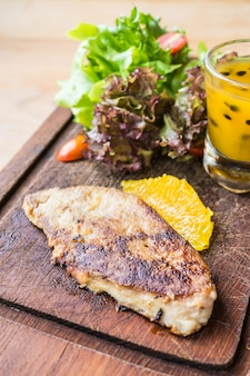 Bistec de foie gras con verduras y salsa dulce.