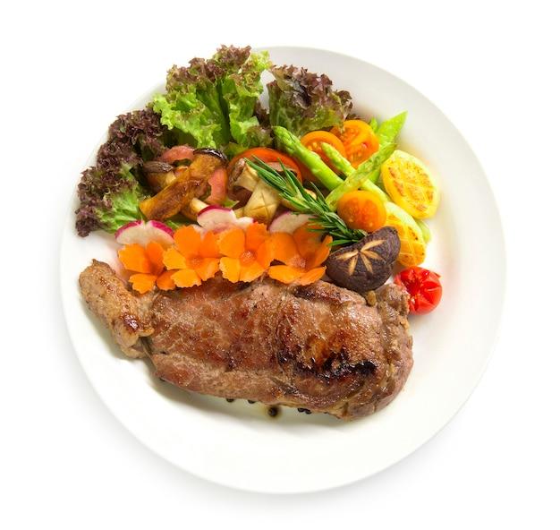 Bistec de ternera con pimientos negros decoran romero fresco, espárragos a la parrilla seta ostra