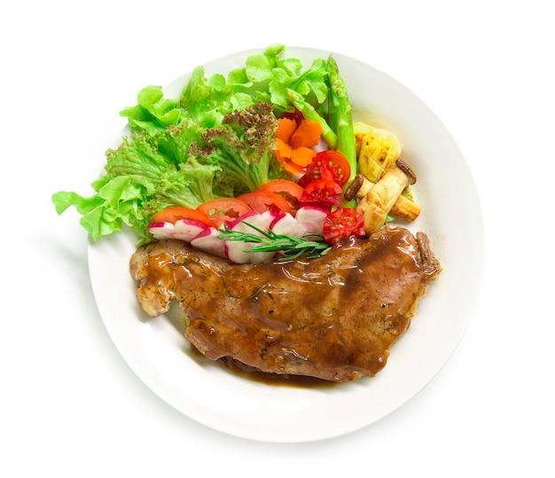 Bistec de ternera con salsa de salsa decoran romero fresco, espárragos a la parrilla con setas y rábano