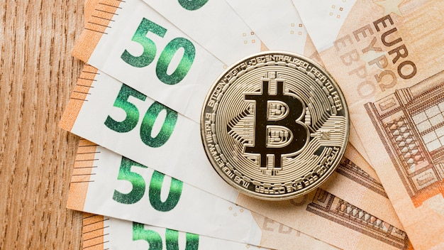 Bitcoin en arreglo de billetes