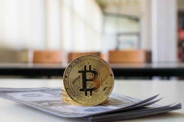 Bitcoin y billete de dólar
