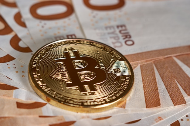 Bitcoin dorado en billetes de cincuenta euros