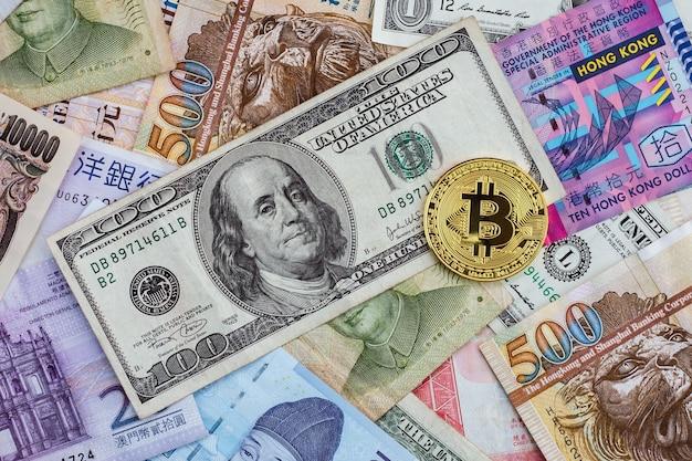 Bitcoin dorado en billetes internacionales