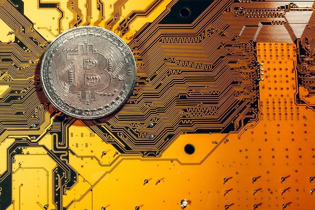 Bitcoin dorado y chip de computadora en segundo plano.