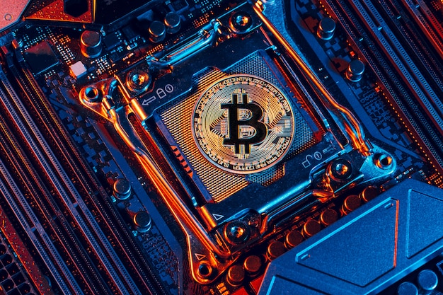 Bitcoin dorado y chip de computadora