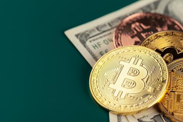 Bitcoin dorado y dólares