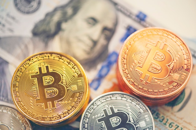 Bitcoin dorado con fondo de dólar. imagen conceptual para la moneda crypto.