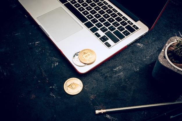 El bitcoin dorado en el teclado