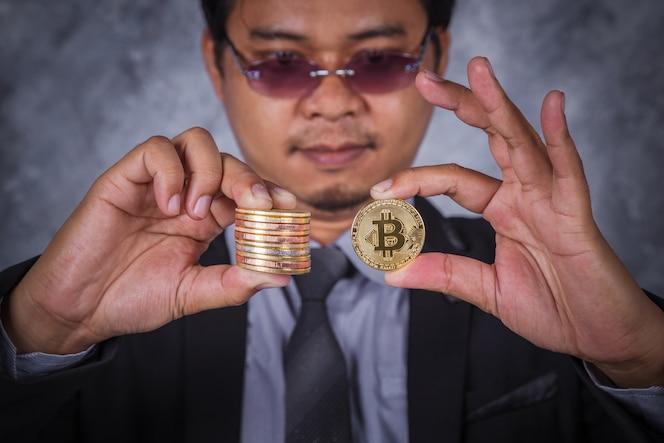 Bitcoin en la mano del hombre de negocios
