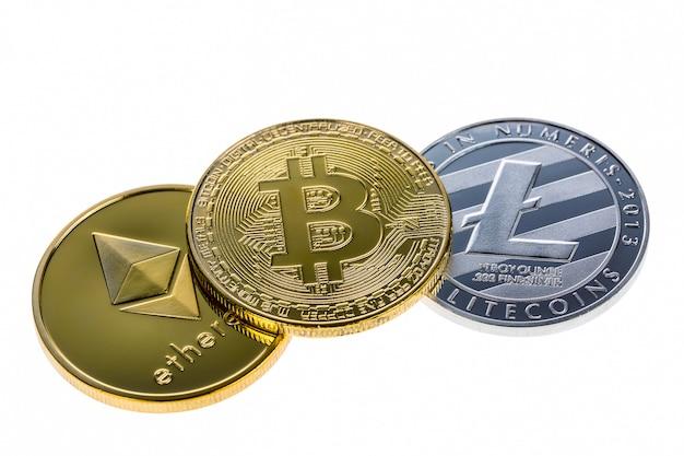 Bitcoin, ethereum y litecoin monedas aisladas en blanco
