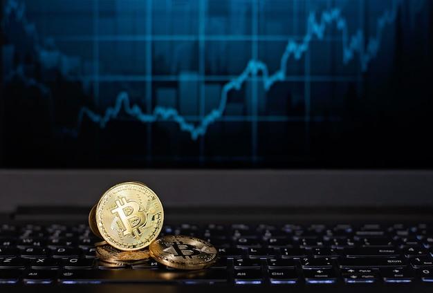 Bitcoin monedas en un teclado