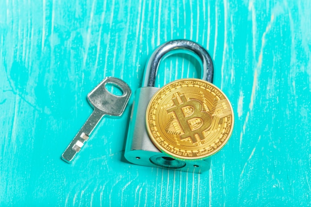 Bitcoin de oro y candado